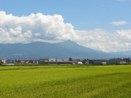 磐梯山を見る(春日八郎記念公園付近)